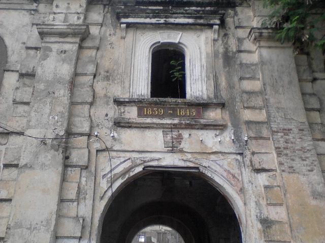 (Gerbang ke dua Benteng Pendhem. Terpampang disana tahun 1839-1845 menandakan tahun pembuatan benteng ini. Hmm.. dah tua ya ternyata.)