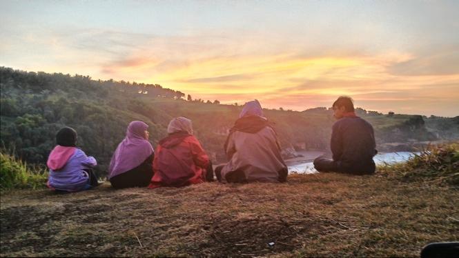 kita masih sabar nunggu sampai matahari muncul.. kita nunggu sambil grovie bareng :roll: