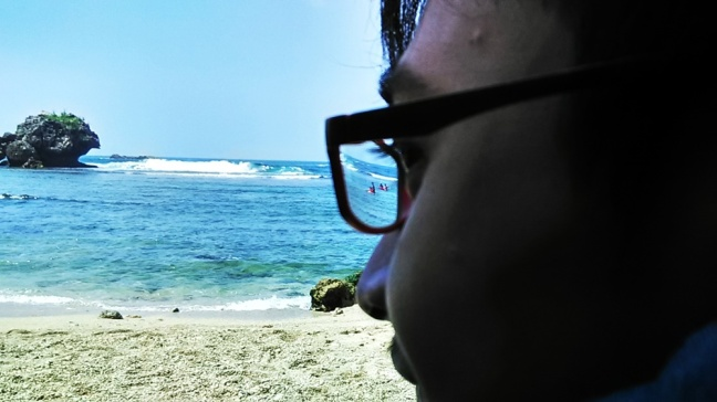 Gue cuma bisa mandangin orang-orang snorkeling, biarlah. daripada panas-panasan, dan ntar kalau gue nyemplung kesana malah terumbu karangnya gue injek-injek :???: